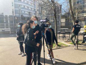 La réalisatrice montre à une élève la caméra
